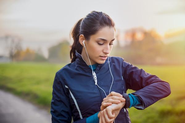 ES_Header-600x400-female-runner-outdoors-athletic-clothes-headphones
